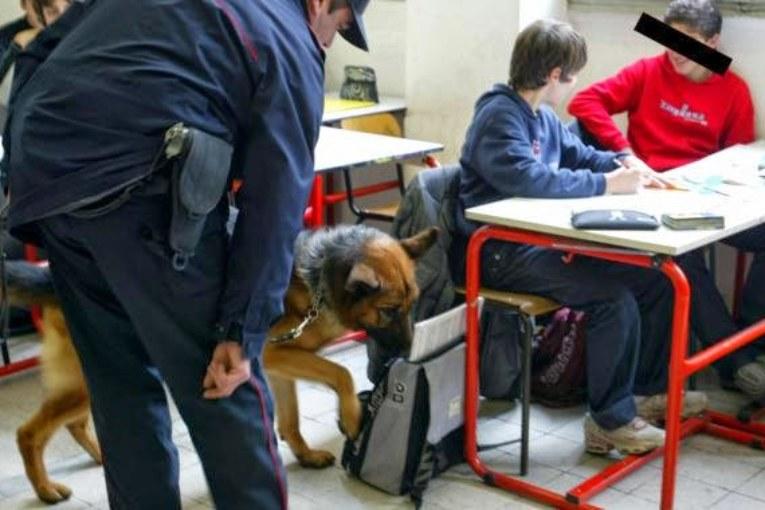 A Terni come in Cile, un prof si ribella alla polizia in classe