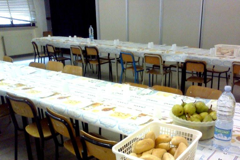 Accade a scuola, bambini poveri a mensa senza dolce