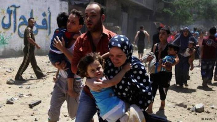 Palestinesi in fuga dai bombardamenti dell'aviazione israeliana su Gaza. Le vittime hanno già superato quota cento. Quasi cinquecento i feriti gravi.
