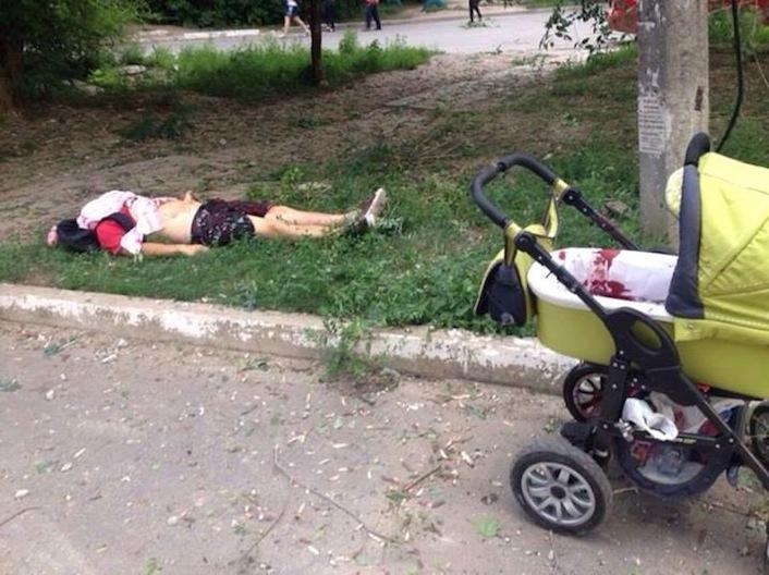 Truppe ucraine uccidono mamma con bambino in carrozzina (video)