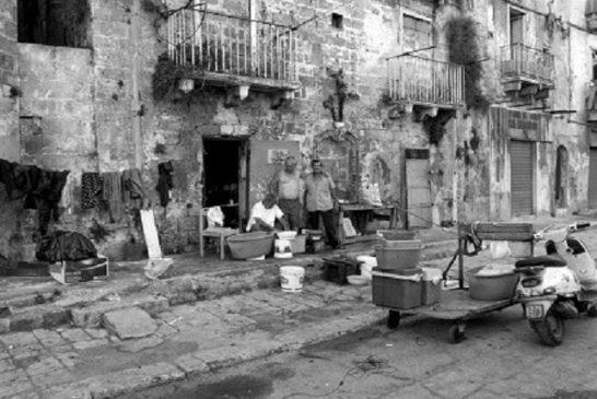Via di Mezzo nella parte bassa della città vecchia di Taranto. Scene di vita quotidiana e palazzi crollati.