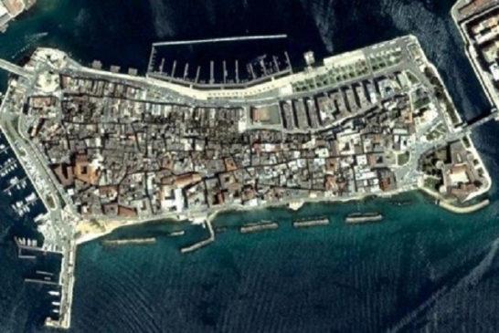 Visione dall'alto dell'isola collegata dai due ponti. A destra il collegamento con la città nuova, a sinistra il ponte di pietra che conduce all'Ilva e ai nuovi quartieri popolari.