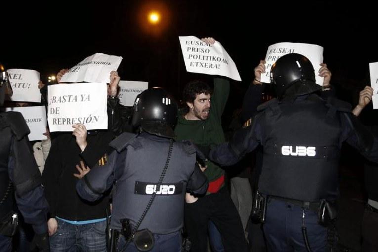 Eta depone le armi, Madrid finge di non capire