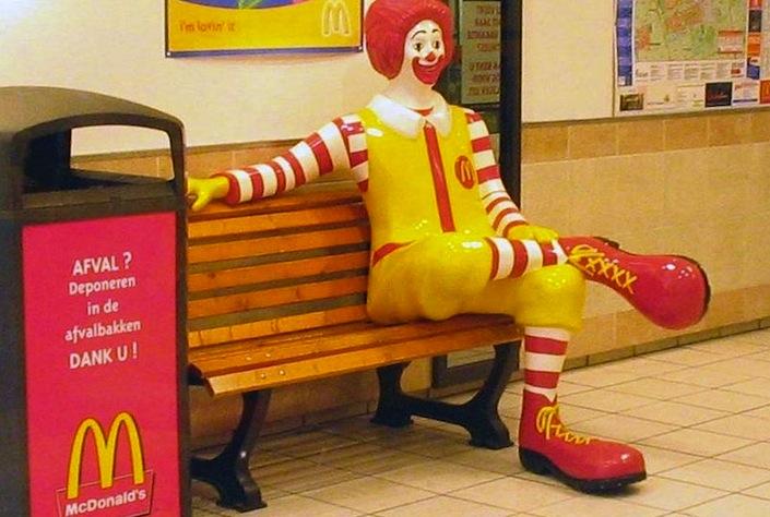 Ronald, la mascotte creata da McDonald's per attirare i bambini nei propri ristoranti. I minorenni sono i principali clienti della catena di fast food.