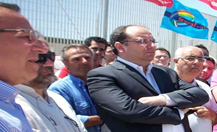 Aprile 2012. Supporto del sindaco Riccardi ai lavoratori durante il sit-in di protesta.