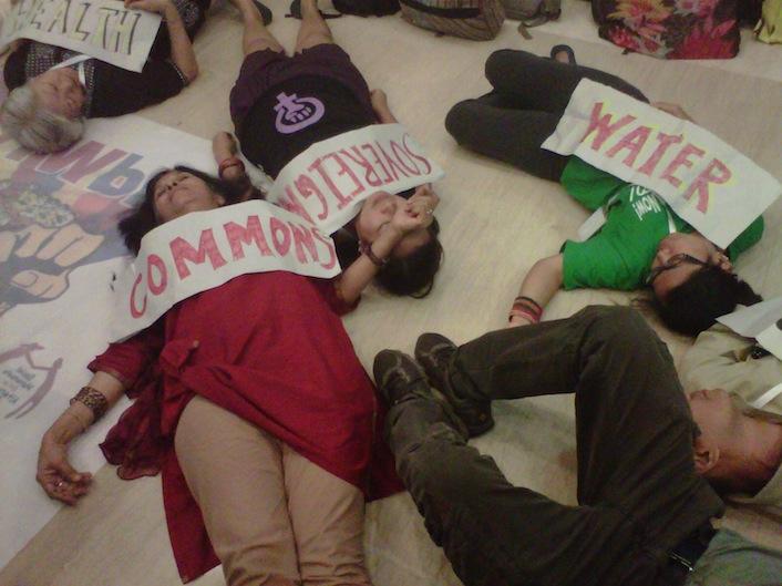 Sindacalisti inscenano una protesta contro il Tisa nel corso dell'ultimo vertice del Wto, tenutosi a Bali.