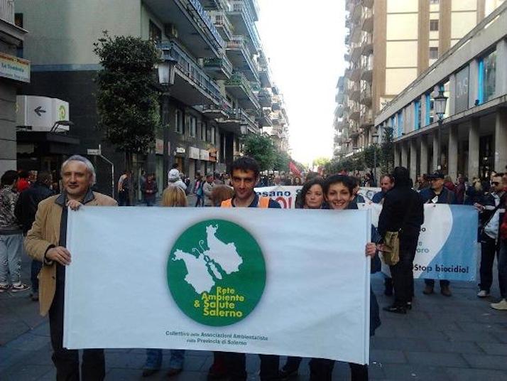 Il corteo per l'ambiente e la salute tenutosi il primo maggio 2014 a Salerno. Presente una delegazione del Codacons Vallo di Diano.