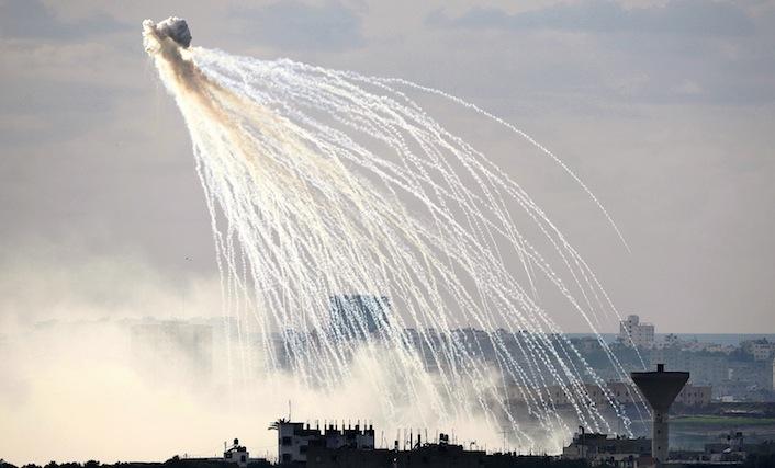 Un momento del bombardamento di Gaza col fosforo bianco da parte dell'esercito israeliano.