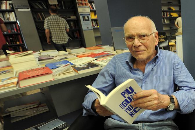 Gianni Loffredo, proprietario della libreria, che ha chiuso, nel quartiere Vomero, a Napoli.