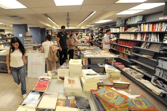 Interno della libreria Loffredo. Alcuni scaffali sono vuoti a causa della crisi.