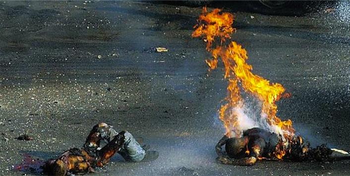 Due uomini colpiti dal fosforo bianco in una strada di Gaza.