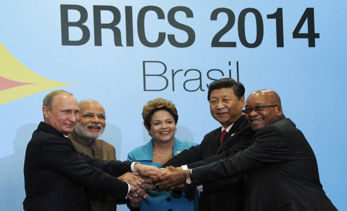 I cinque leader del BRICS durante il VI summit a Fortaleza, lo scorso 15 luglio. Da sinistra: Vladimir Putin, presidente della Federazione russa - Narendra Modi, primo ministro dell'India - Dilma Rousseff, presidente del Brasile - Xi Jinping, presidente della Repubblica popolare cinese - Jacob Zuma, presidente del Sudafrica.