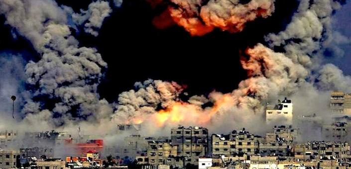 Il fumo di un'enorme esplosione causato dalla distruzione di una centrale elettrica.