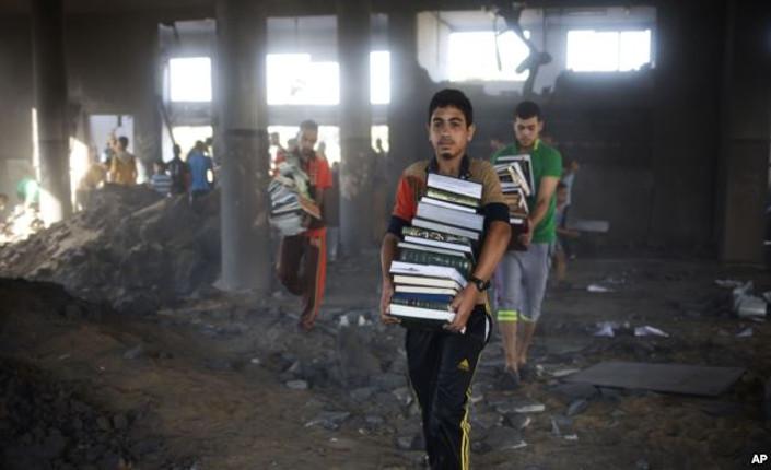 Gaza: giovani palestinesi mettono in salvo libri dalla moschea distrutta di Zeitoun
