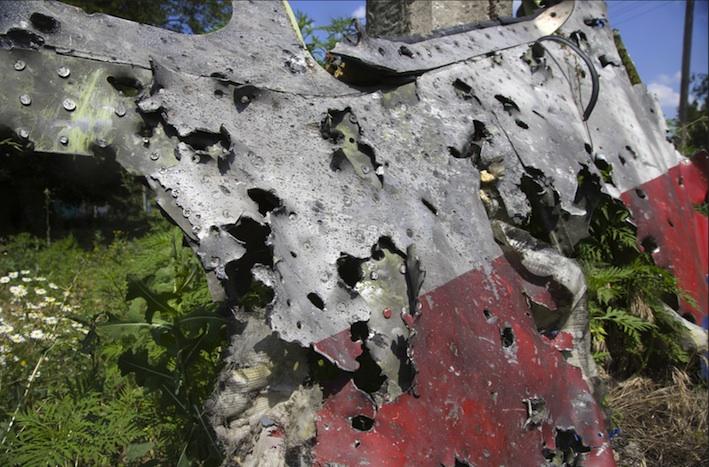Un pezzo di lamiera della fusoliera dell'Mh17. Come si vede chiaramente, la lamiera è letteralmente bucherellata. Secondo gli esperti, si tratta di fori causati da proiettili calibro 30, in dotazione ai caccia ucraini.