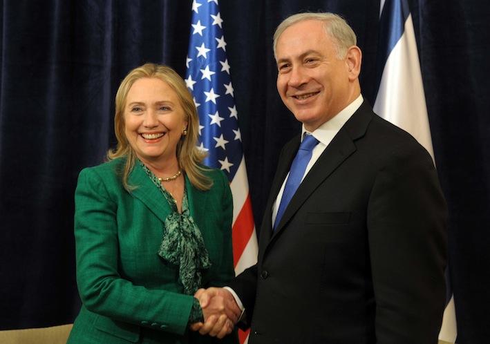 La Clinton insieme al primo ministro israeliano Benjamin Netanyahu.