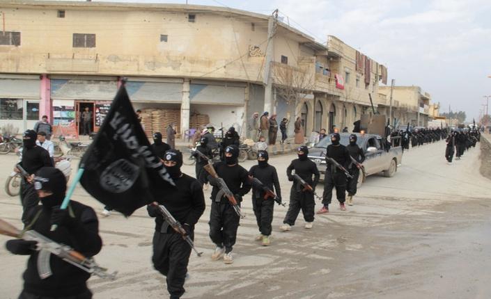 Parata militare Isis nella città siriana di Tel Abyad