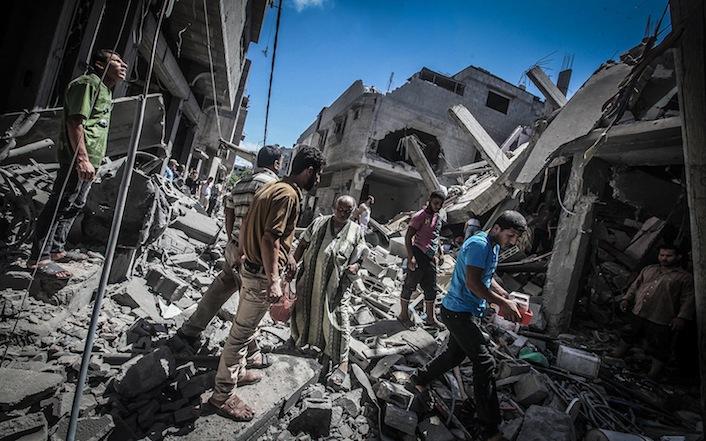 Una strada di Gaza City distrutta dalle bombe.