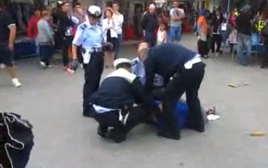 Padova, quattro vigili contro mendicante con una gamba sola [video]