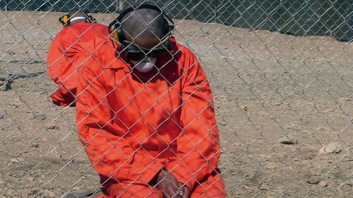 Due dei prigionieri del carcere speciale di Gitmo, a Guantanamo Bay. Chi finisce laggiù perde ogni diritto civile, compreso quello alla difesa, a un giusto processo, al non essere torturato e, perfino, a sapere di quale reato si è accusati.