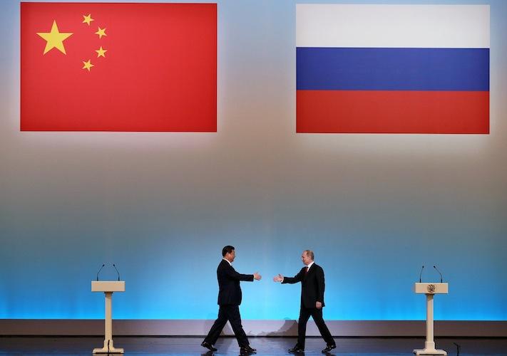 Stretta di mano dopo l'accordo raggiunto tra il presidente russo Vladimir Putin e quello cinese Xi Jinping.