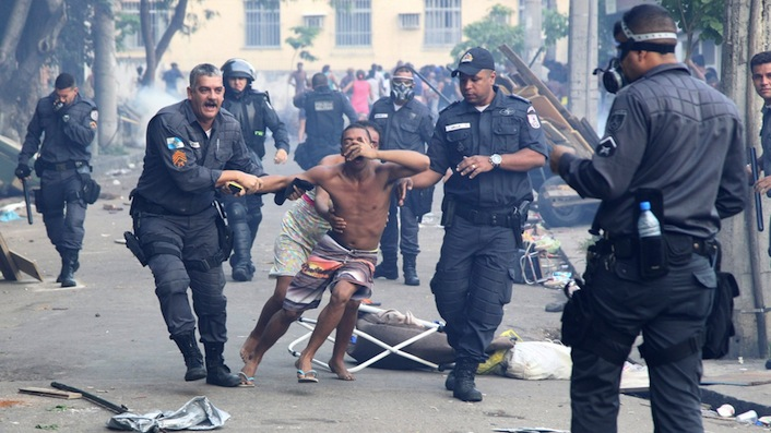 11abr2014---morador-e-retirado-de-predio-por-policiais-militares-que-comecaram-na-manha-desta-sexta-feira-11-a-reintegracao-de-posse-da-favela-da-telerj-terreno-que-pertence-a-oi-no-engenho-novo-1397222504396_1920x1080