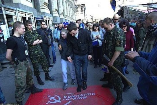 2e1ax_vintage_entry_Right-wingers-are-encouraging-passers-by-to-clen-their-shoes-with-a-banner-of-the-Communist-Party-of-Ukraine-e1396577112475