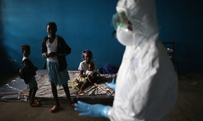 Liberia. Un gruppo di bambini viene messo in isolamento perché il loro padre è stato contagiato dal virus.