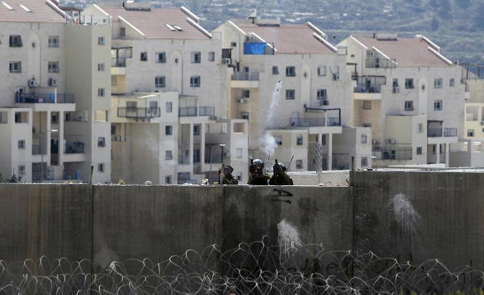Membri dell'esercito israeliano a difesa delle colonie sul muro di separazione con i palestinesi, nei pressi di Ramallah (Cisgiordania 29 agosto 2014)