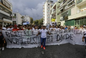 Napoli contro la malapolizia, migliaia in piazza per Davide