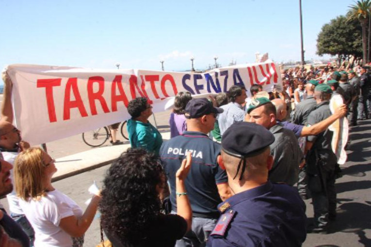 Renzi contestato a Taranto
