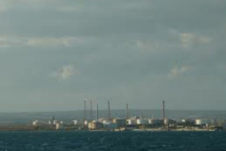 Taranto, i fumi dell'Eni nella città martoriata dall'Ilva