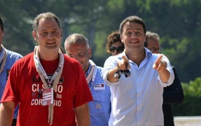 L'uomo accanto a Renzi, con la maglietta rossa, è Matteo Spanò, suo amico d'infanzia e personaggio chiave dell'ascesa del presidente del consiglio. Nella foto, i due durante l'ultimo raduno dei boy scout.