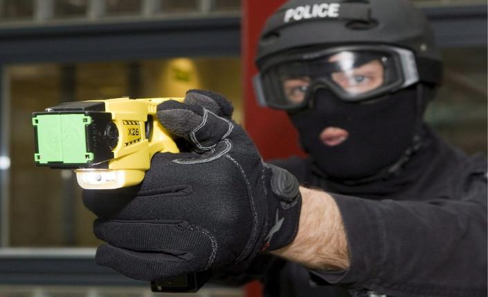 Pistole elettriche alla polizia, primo sì della Camera
