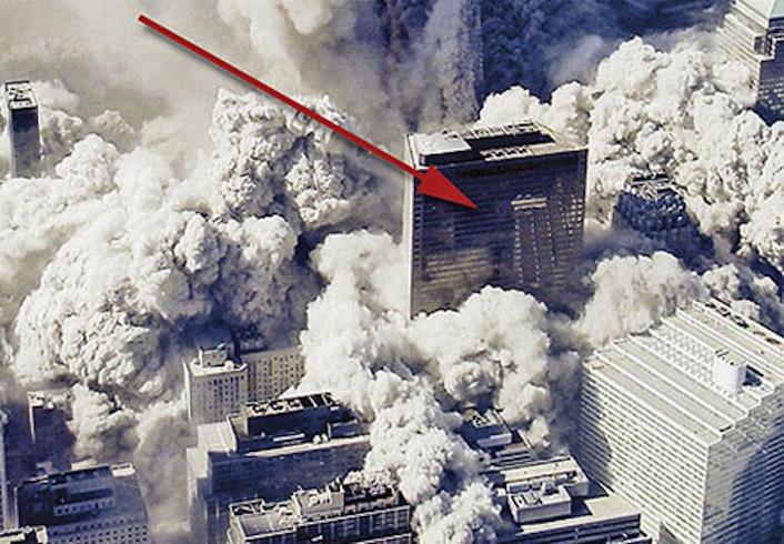 L'edificio 7 immerso dal fumo dei detriti subito dopo il crollo della torre nord, la seconda a disintegrarsi.