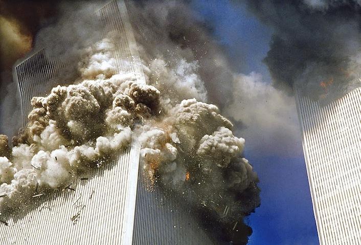Il momento del crollo della torre nord.