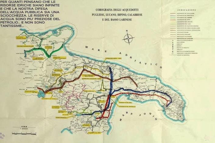 In basso a sinistra, il lago Pertusillo. Da lì parte l'acquedotto (in blu) che serve le province pugliesi di Bari, Taranto e Lecce.