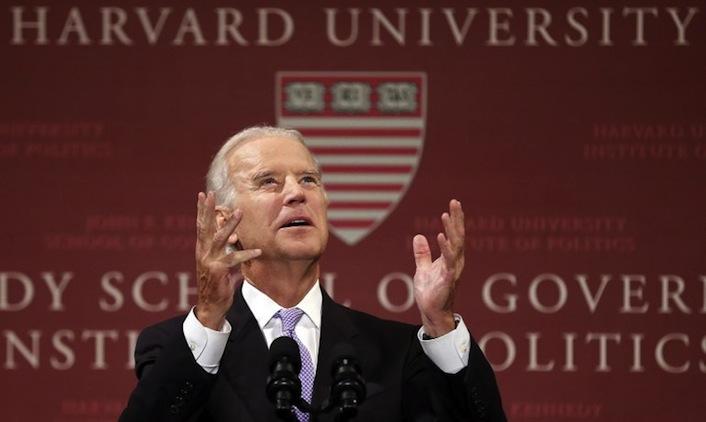 Il vice presidente degli Stati Uniti Joseph Biden durante il suo discorso all'università di Harvard.