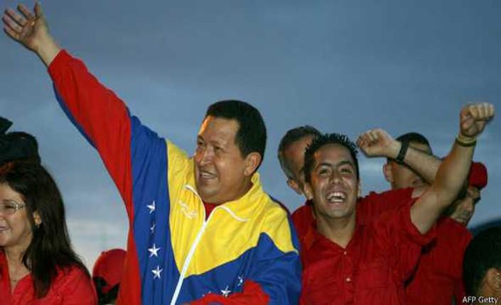 Hugo Chávez insieme a Robert Serrca nel 2010, quando il giovane era candidato all'Assemblea Nazionale. Foto Afp