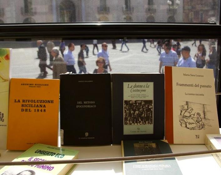 Alcuni dei libri presenti all'interno dell'Autobooks.