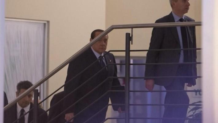 Silvio Berlusconi entra nella sede del Pd al largo del Nazareno per incontrare Matteo Renzi, con cui siglerà un patto segreto sulle riforme costituzionali, la riforma elettorale e (si sospetta) la futura linea politica del governo.