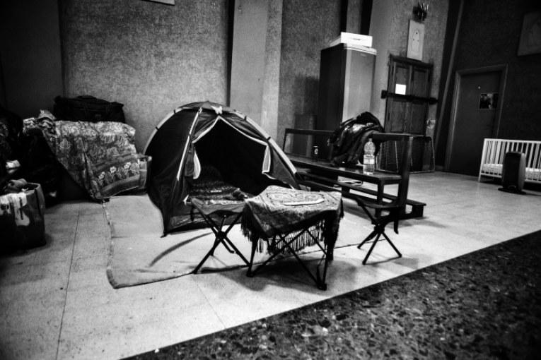 Reportage/La famiglia senza casa che visse in tenda in una basilica