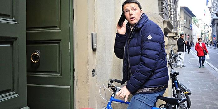 Renzi in fila per l'i-Phone 6: «Magari c'è un'app per uscire dalla crisi»