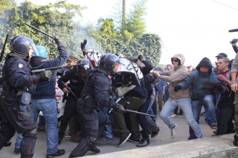 Renzi contestato a Brescia: ancora manganellate sui manifestanti