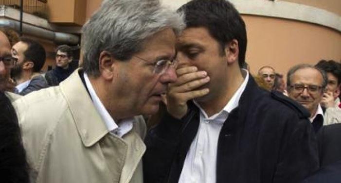 Il ministro degli Esteri Paolo Gentiloni insieme al presidente del consiglio Matteo Renzi.