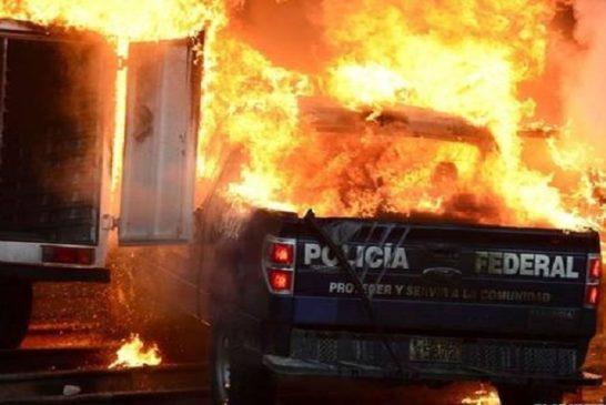 Camionette della polizia date alle fiamme