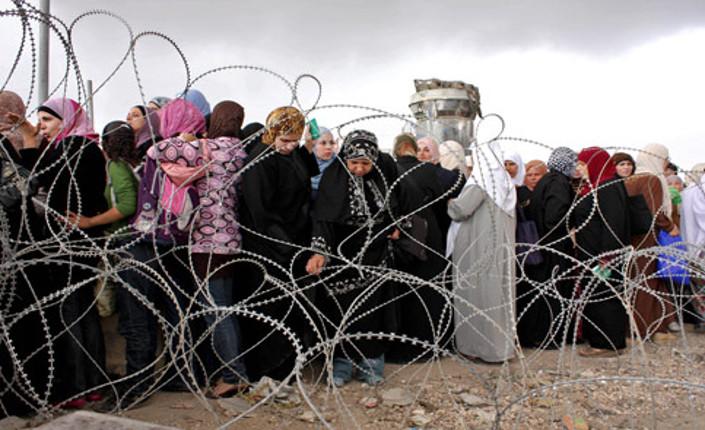Vivere tra il filo spinato nel campo palestinese di Qalandiya, tra Gerusalemme e Ramallah