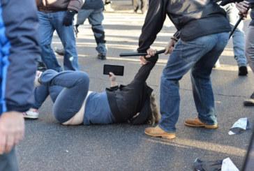 Milano, manganellata dalla polizia ha perso il bambino