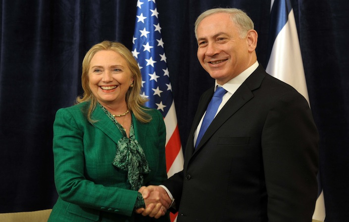 Hillary Clinton stringe la mano al primo ministro israeliano Benjamin Netanyahu. L'ex segretario di Stato è accusata di essere sempre stata troppo indulgente nei confronti di Israele.