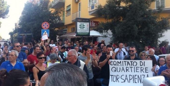 Uno dei cortei organizzati dai residenti di Tor Sapienza per chiedere la chiusura del centro di accoglienza.
